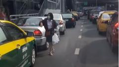 超いい人!緊急車両が通れるように渋滞の車に働きかける女性