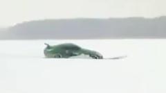 日産 350Zが凍った湖でドーナツターンするよ → 水没