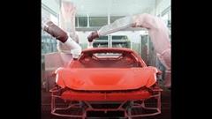 工場で赤く塗装されていくフェラーリを眺めよう