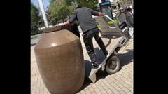 大きな壺をなんとかしてミニトラックに載せたい中国人