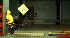40km/hで壁に激突させちゃうスクーターのクラッシュテスト動画