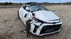 トヨタ GRヤリスがハイスピードドリフトからの横転クラッシュしちゃう動画