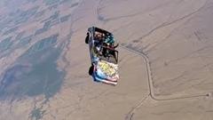 車に乗ったままスカイダイビングするよ